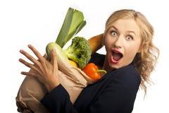 Menina que prende um saco do alimento Foto de Stock