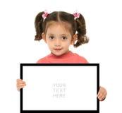 Menina que prende um sinal em branco Fotos de Stock