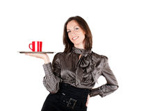 Menina que prende uma bandeja com uma chávena de café imagem de stock