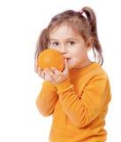 Menina que prende uma laranja foto de stock royalty free
