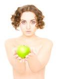 Menina que prende uma maçã (foco na maçã) Imagem de Stock Royalty Free