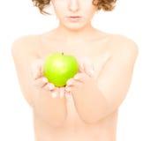 Menina que prende uma maçã (foco na maçã) Fotografia de Stock