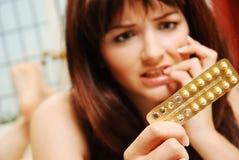 Menina que preocupa-se sobre seu contaception Imagens de Stock Royalty Free