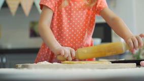 Menina que prepara a massa para cookies filme