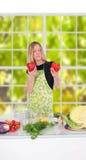 Menina que prepara o alimento Foto de Stock