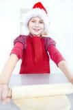 Menina que prepara o bolo do Natal imagem de stock