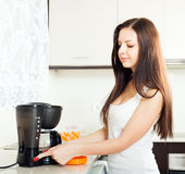 Menina que prepara o café imagens de stock