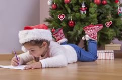 Menina que prepara Santa Letter Ela que pinta os presentes s Imagens de Stock Royalty Free