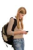 Menina que prepara-se à escola usando o telefone de pilha