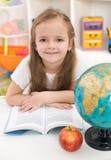 Menina que prepara-se para a escola Imagens de Stock