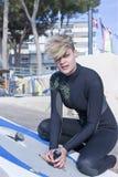 A menina que prepara-se windsurf placa Foto de Stock