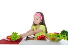 Menina que prepara a tabela de pequeno almoço Fotografia de Stock