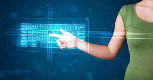 Menina que pressiona o tipo virtual de teclado Imagem de Stock Royalty Free