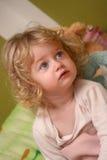 Menina que presta atenção à tevê Foto de Stock Royalty Free