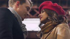 Menina que quebra acima com o noivo, olhando triste entre si, adeus beijando filme