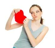 Menina que rasga um descanso heart-shaped foto de stock