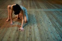 Menina que rasteja no assoalho no salão de baile Fotografia de Stock