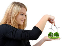 Menina que realiza na turbina eólica das mãos Fotos de Stock Royalty Free