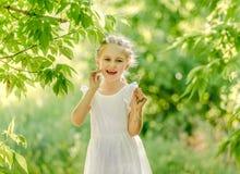 Menina que recolhe flores no parque imagem de stock