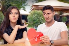 Menina que recusa o presente dado forma coração de seu noivo imagens de stock