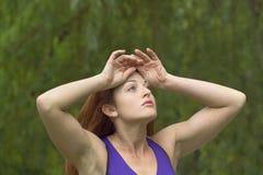 Menina que refrigera fora após o exercício Fotografia de Stock Royalty Free