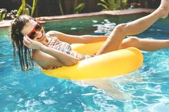 Menina que refrigera para baixo em uma piscina fotos de stock royalty free