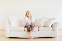 Menina que relaxa Fotografia de Stock Royalty Free