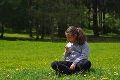 Menina que relaxa fotografia de stock