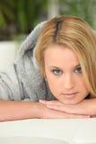 Menina que relaxa em casa imagens de stock royalty free