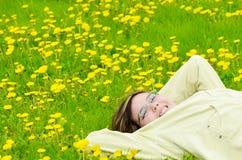 Menina que relaxa em The Sun Fotos de Stock