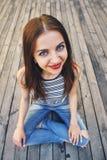 Menina que relaxa em um assoalho de madeira Relaxe, descanse, conceito da educação, recreação Imagens de Stock