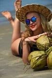 Menina que relaxa na costa do oceano que aprecia horas de verão no lugar tropical foto de stock royalty free