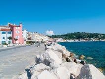 Menina que relaxa na frente do mar, Piran, Eslovênia, Europa Fotos de Stock Royalty Free