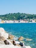 Menina que relaxa na frente do mar, Piran, Eslovênia, Europa Imagens de Stock