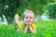 Menina que relaxa na grama Fotografia de Stock Royalty Free