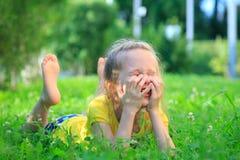 Menina que relaxa na grama Foto de Stock