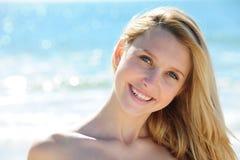 Menina que relaxa na praia Imagens de Stock Royalty Free