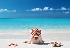 Menina que relaxa na praia Imagem de Stock Royalty Free