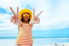 Menina que relaxa na praia da ilha fotografia de stock