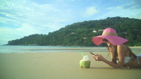 Menina que relaxa na praia tropical video estoque