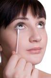 Menina que remove a composição dos olhos Fotografia de Stock Royalty Free