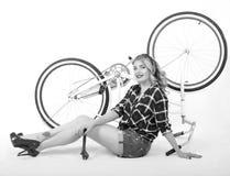 Menina que repara a bicicleta Foto de Stock