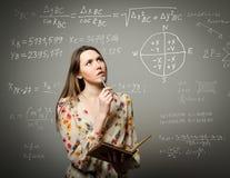 Menina que resolve a equação imagens de stock royalty free