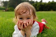 Menina que ri com mãos na boca Fotos de Stock