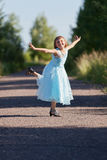 A menina que salta e que exulta Imagem de Stock