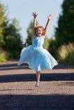 A menina que salta e que exulta fotografia de stock royalty free