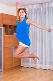 A menina que salta em casa Fotos de Stock