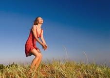 A menina que salta em um dune-3 Fotografia de Stock Royalty Free