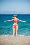 A menina que salta na praia Foto de Stock Royalty Free