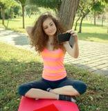 Menina que selfing Imagens de Stock Royalty Free